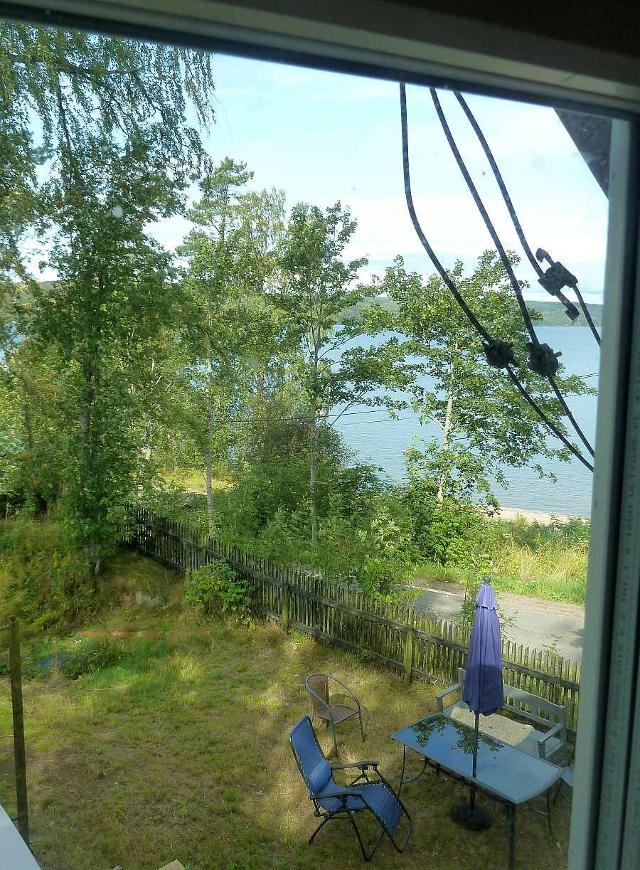 Blick aus dem Schlafzimmer in den Garten und auf den See