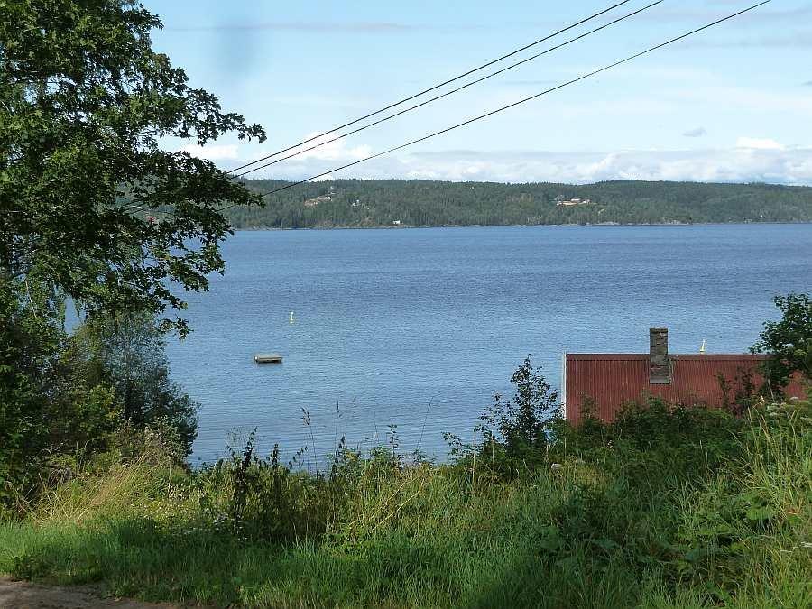 Blick von dem Weg am Haus auf den See Øyeren