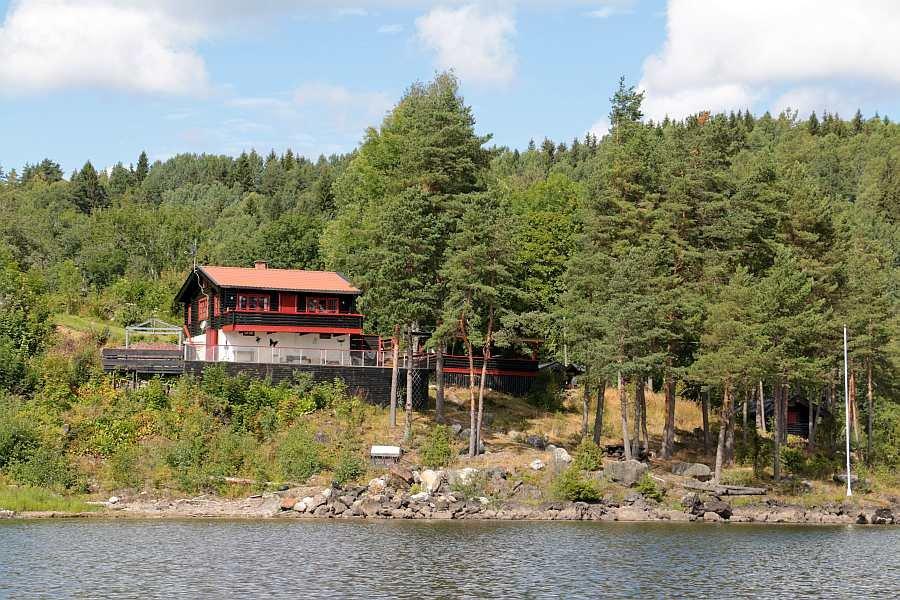Das Ferienhaus liegt auf einem eigenen, großen Naturgrundstück direkt am Ufer des Sees  Øyeren