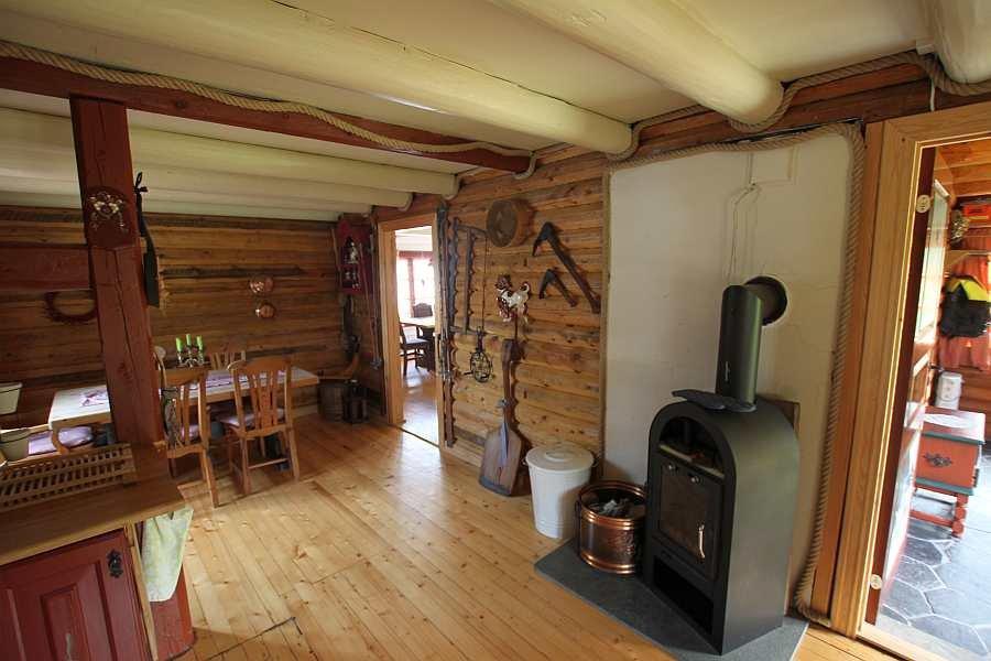 Die Küche ist eine große Wohnküche mit separatem Sitzbereich und gemütlichem Kaminofen