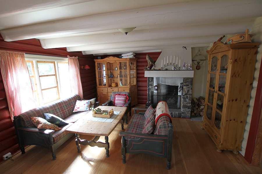 Das gemütliche Wohnzimmer mit offenem Kamin und Seeblick