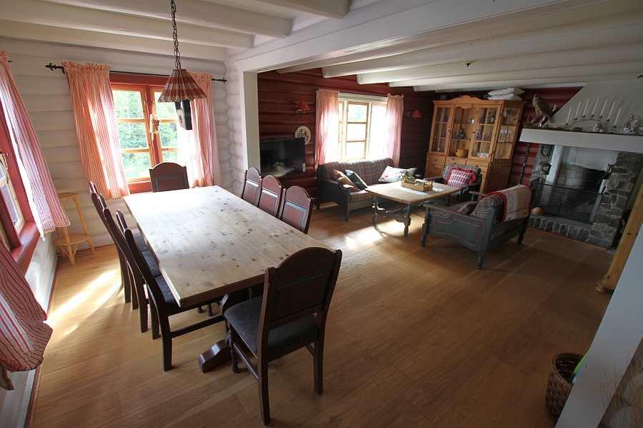 Das große Wohnzimmer ist in Ess- und Sitzbereich geteilt