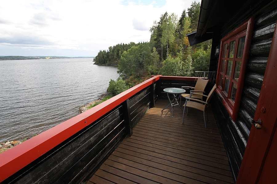 Der Balkon zum Wohnzimmer. Blick nach Süden auf den See Øyeren