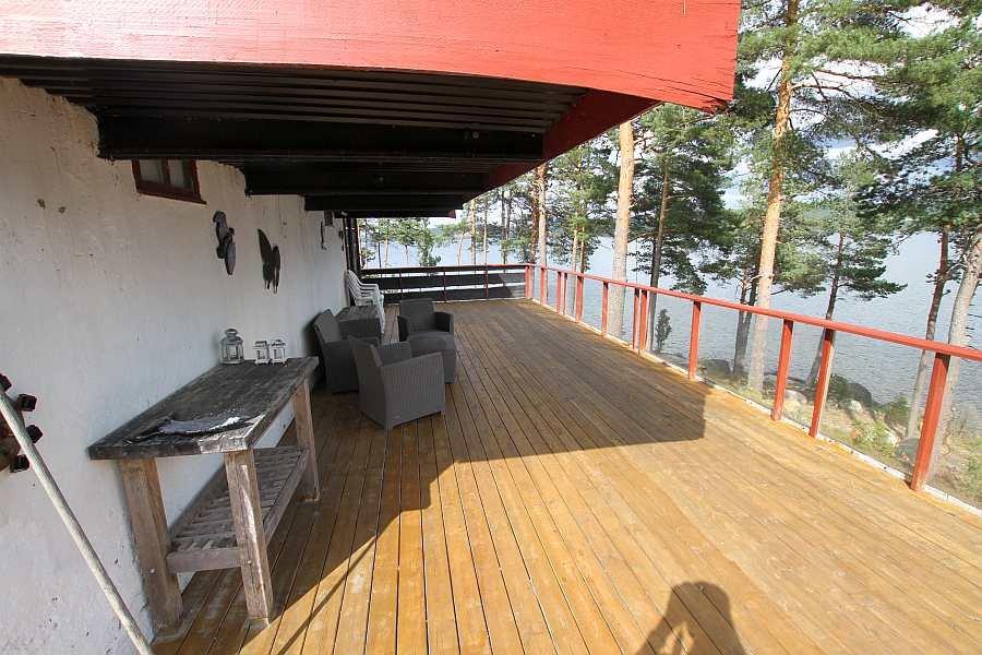 Die Terrasse auf der Seeseite des Hauses - zum Teil überdacht