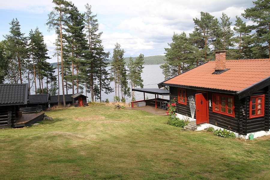 Neben dem Haupthaus liegen auf dem Gelände noch weitere separate Schlafhäuser