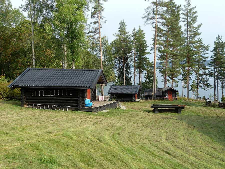 Neben dem Haupthaus finden sich noch drei separate Schlafhäuser