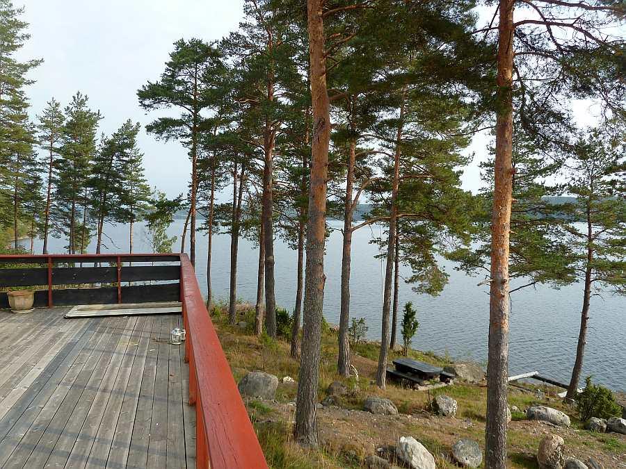 Blick vom Balkon auf das Seeufer vor dem Haus Richtung Norden