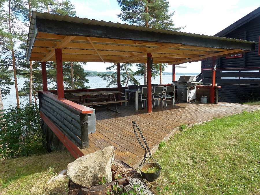 Hier auf der Terrasse kann man gemütlich sitzen und den Blick auf den See genießen...
