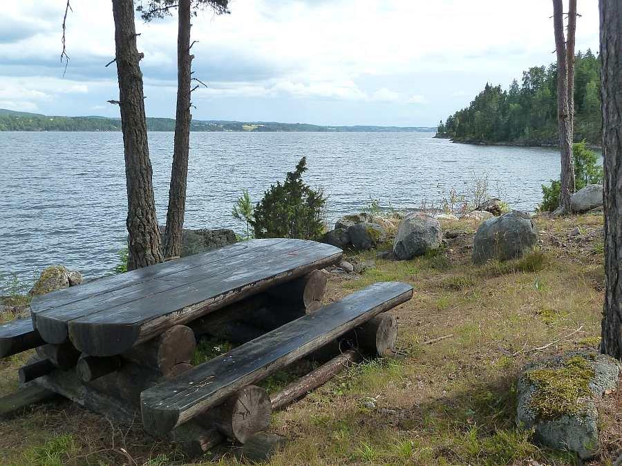 Vor dem am Haus - Sitzbereich direkt am Ufer des Sees