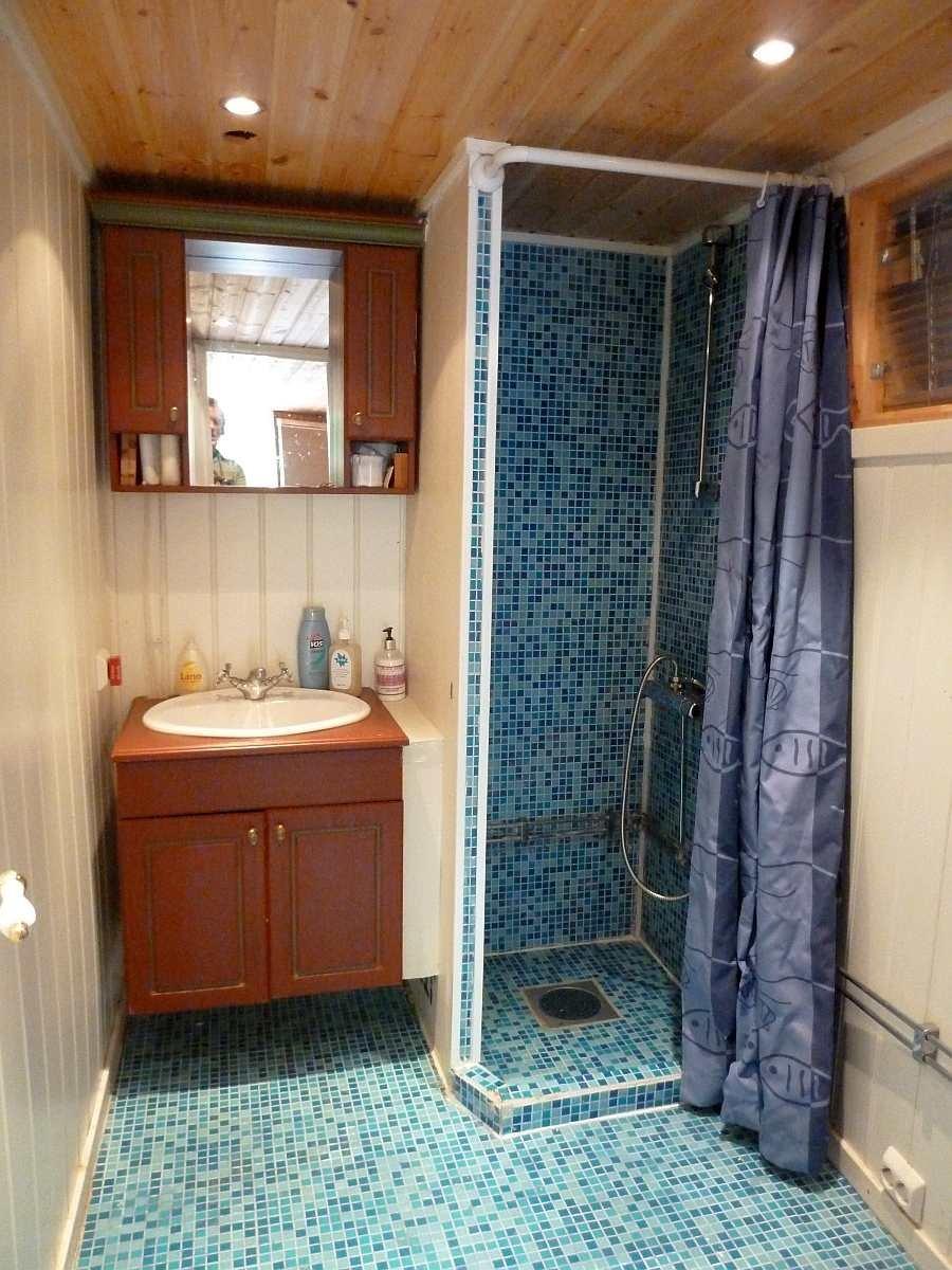Das Bad mit Waschbecken und Dusche (w/k) im Haupthaus