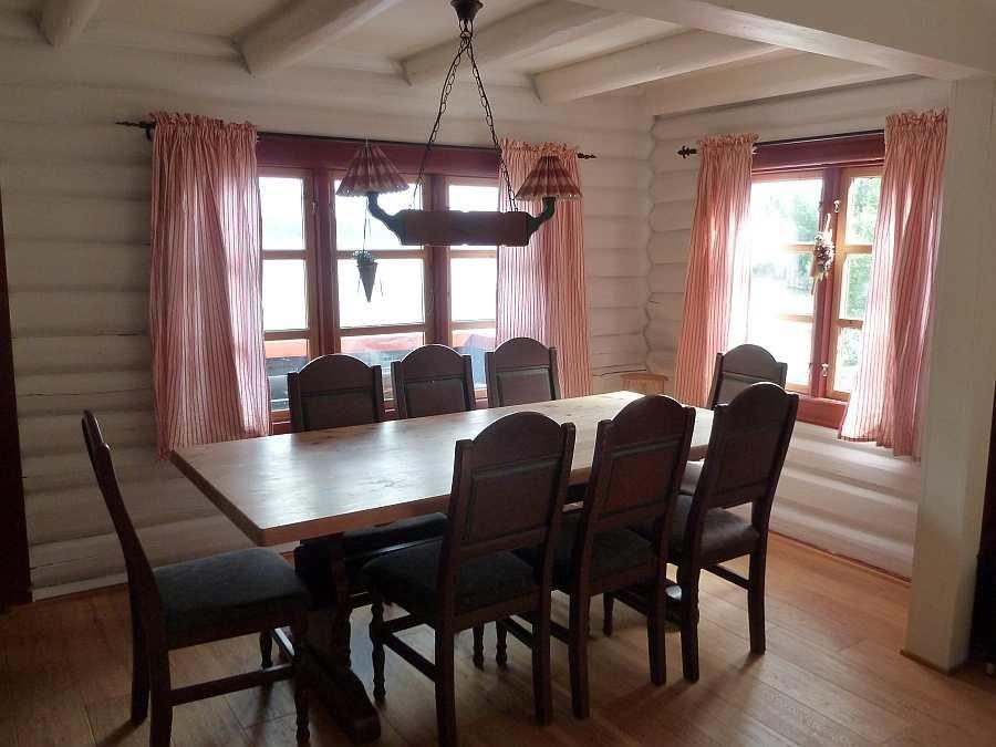 Der große Esstisch des Ferienhauses - natürlich mit Blick auf den See