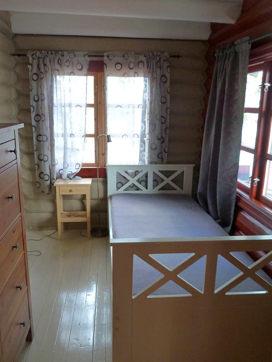 Das Schlafzimmer mit einem Einzelbett im Haupthaus