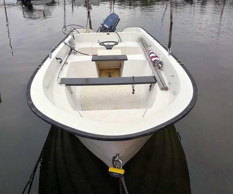 Das Boot ist ein bewährtes Angelboot und liegt stabil im Wasser