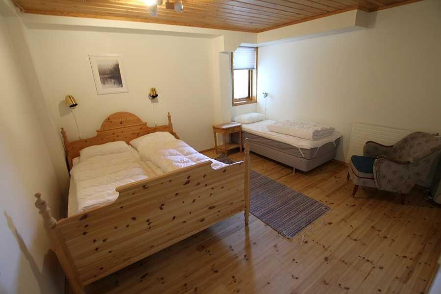 Das Schlafzimmer mit einem Doppel- und einem Einzelbett