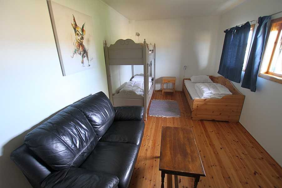 Das Schlafzimmer mit einem Einzel- und einem Etagenbett