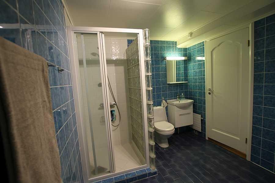 Das Badezimmer verfügt über eine Fußbodenheizung