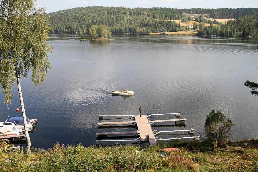 Blick vom Haus auf den Bootssteg