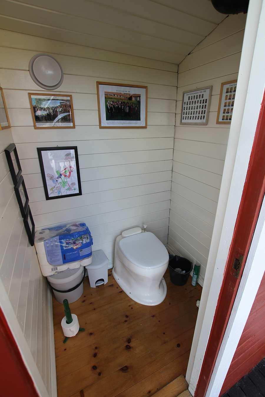 Die Toilette findet sich in einem separatem Raum