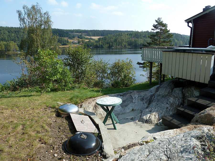 Ein ganz spezieller Grillplatz. Drei verschiedene Kohle-Grills sind in den natürlichen Fels eingelassen