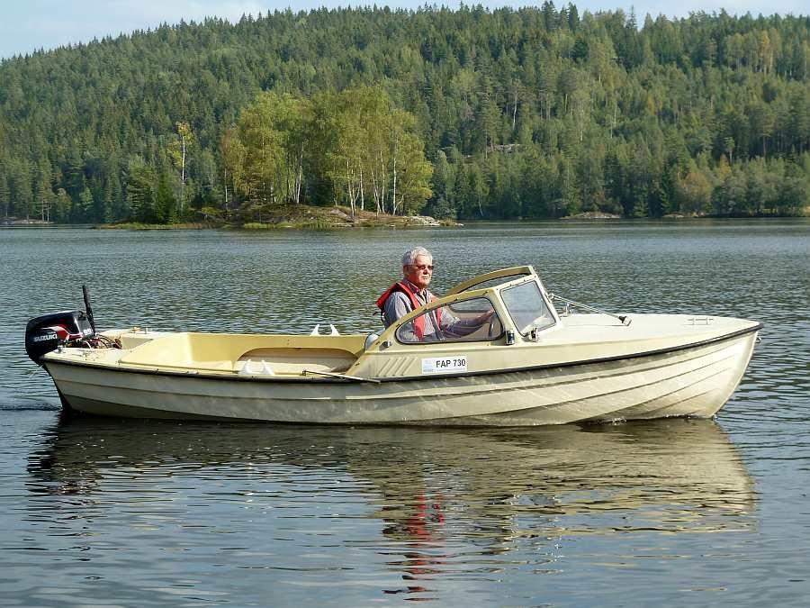 Bereits im Hauspreis enthalten: Motorboot 17 Fuß mit 9,8 PS Außenbordmotor, Windschutz, Steuerstand