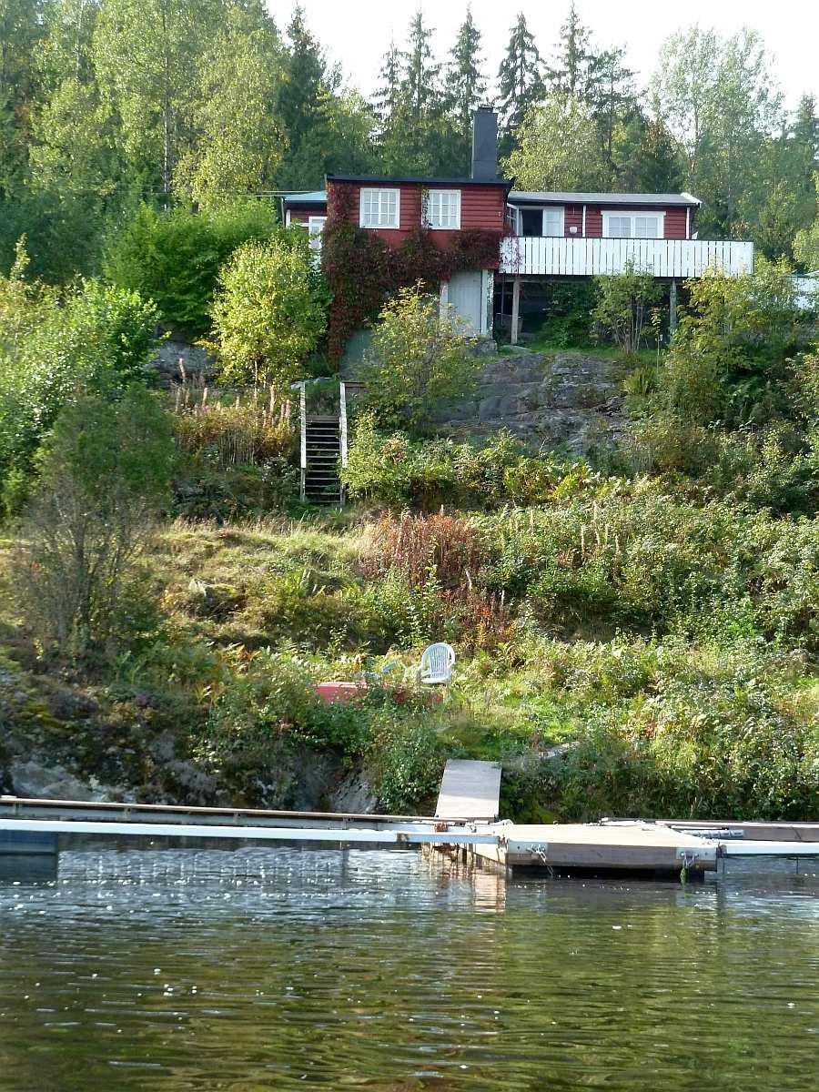 Der Bootssteg liegt unmittelbar vor dem Haus.