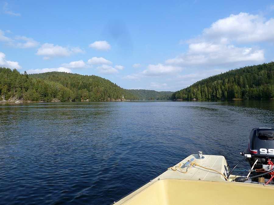 Mit dem Boot auf dem Fluss unterwegs