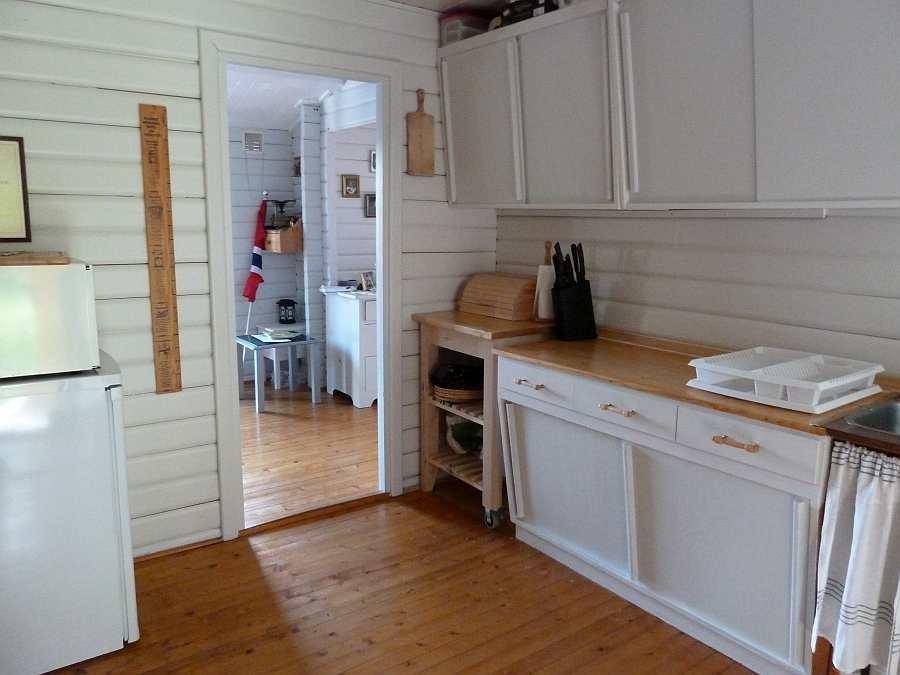 In der Küche stehen zwei Kühlschränke und ein Gefrierschrank zur Verfügung