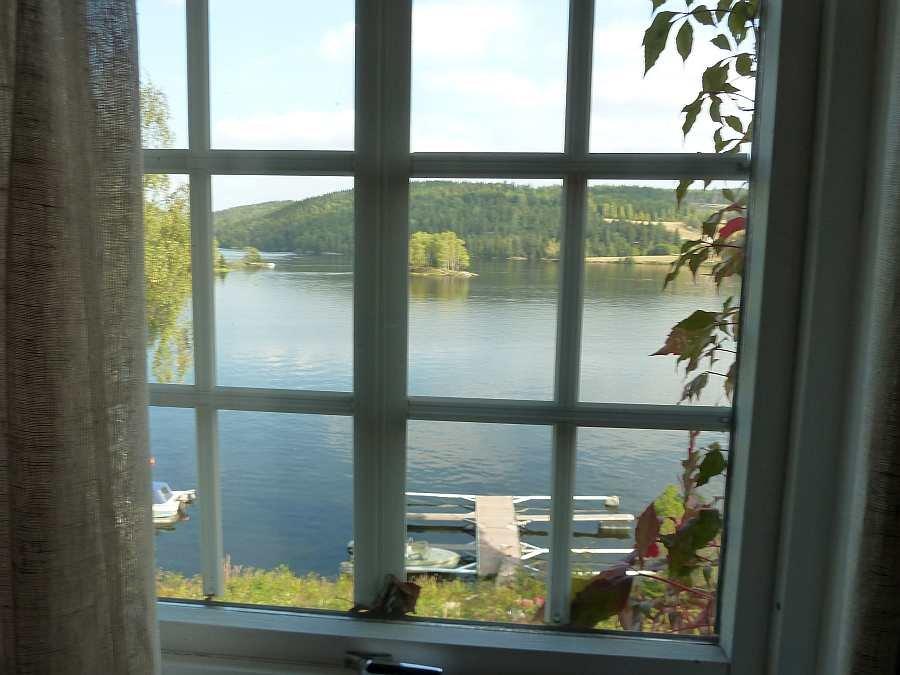 Blick aus dem Wohnzimmer auf das Wasser