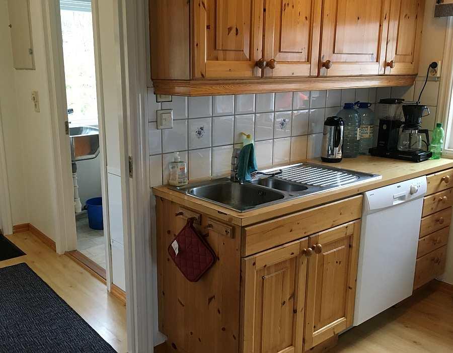 Die Küche des Ferienhauses ist gut ausgestattet - von der Spülmaschine bis zur Kaffeemaschine ist vieles vorhanden