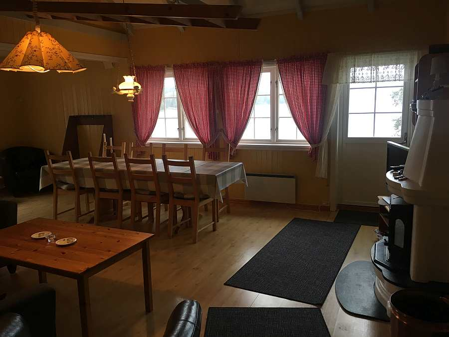 Am großen Esstisch im Wohnbereich finden alle Gäste Platz