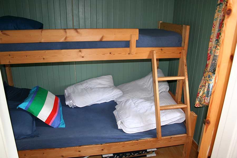 Das Schlafzimmer mit einem Etagenbett (unten 140 cm breit)