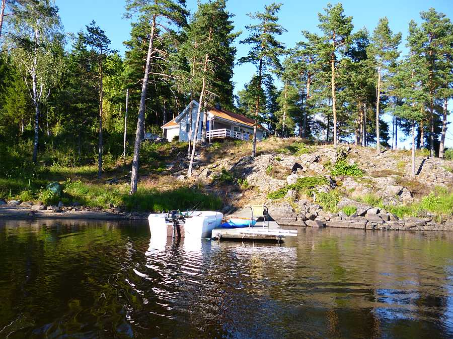 Haus Aarnes - das Boot liegt direkt vor dem Haus
