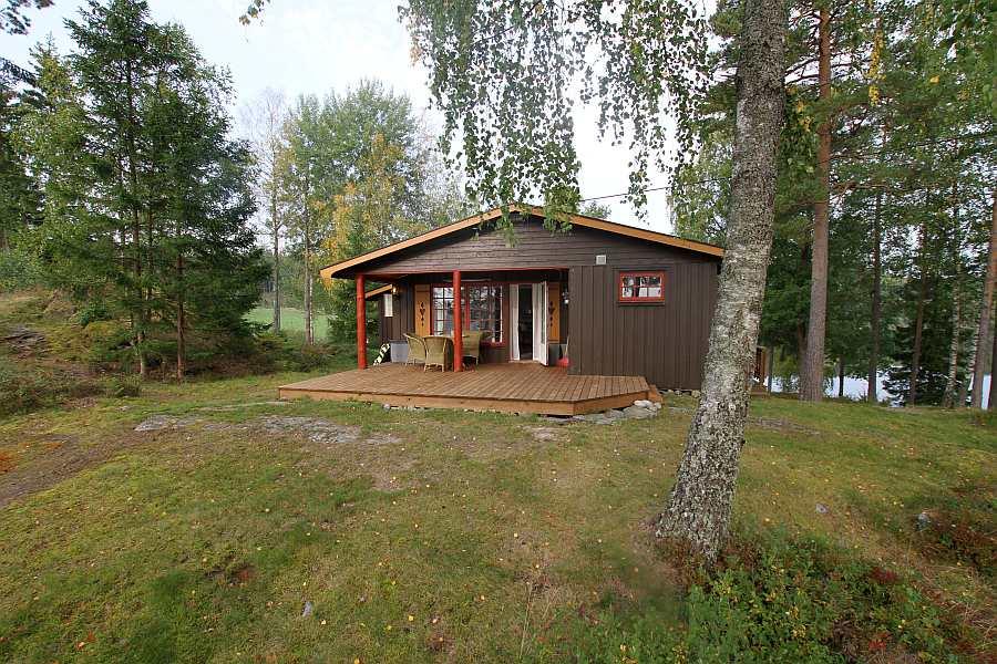 Das Ferienhaus liegt auf einem eigenen großen Naturgrundstück auf einer kleinen Halbinsel mit Uferlinie an drei Hausseiten
