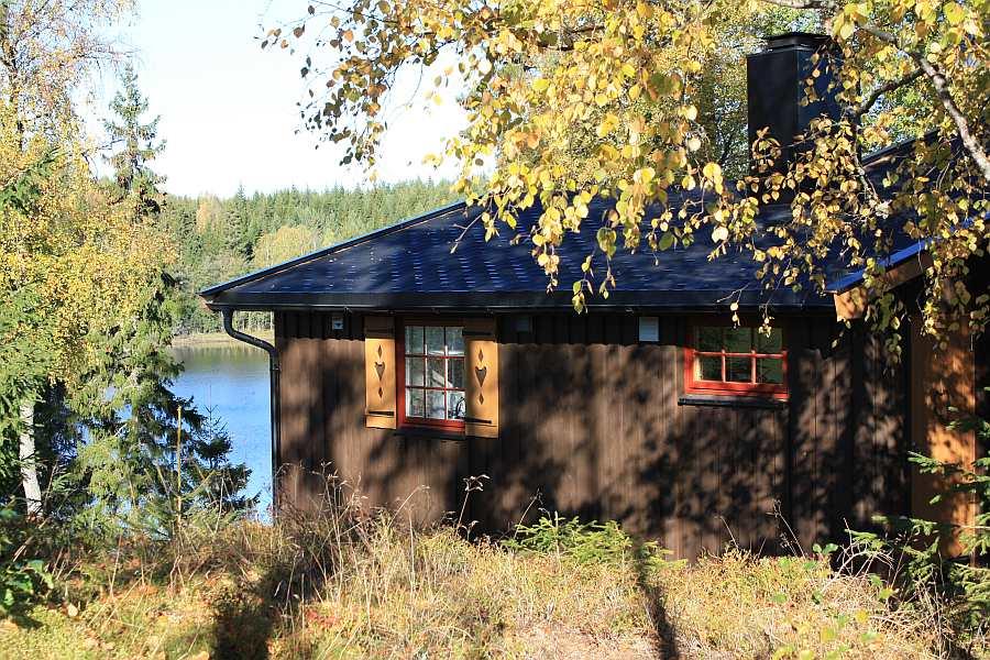Der See liegt vor dem Haus, neben dem Haus... und hinter dem Haus...