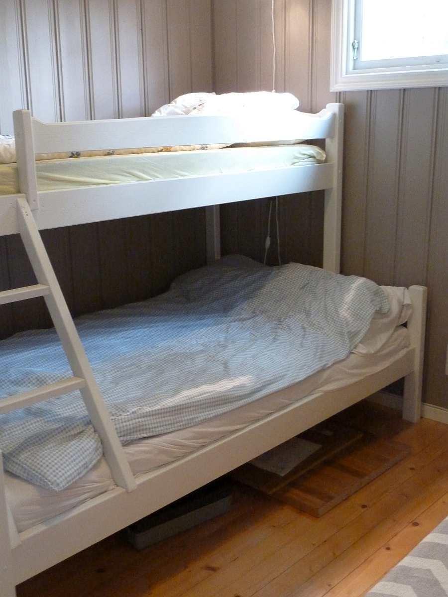 Das Schlafzimmer mit Norwegischem Familienbett - unten Doppelbett (120 cm breit) und oben Einzelbett