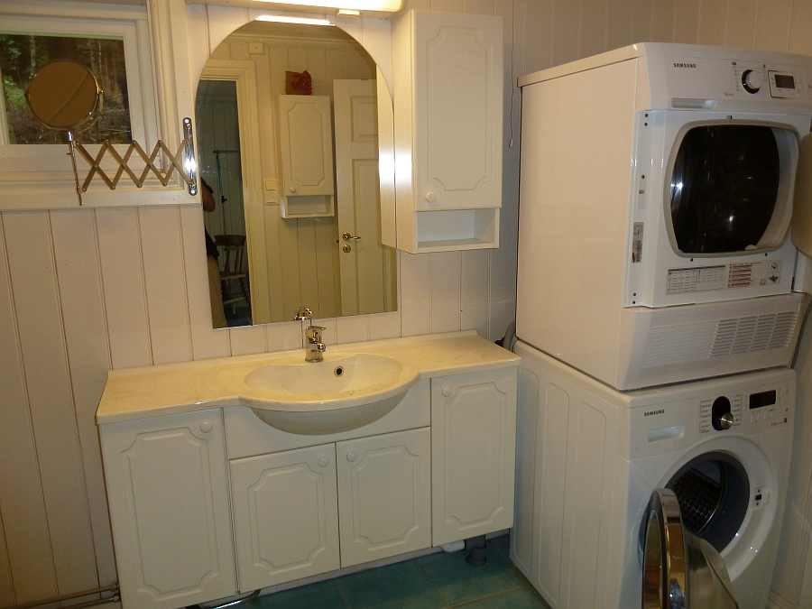 Im Bad stehen zusätzlich noch Waschmaschine und Trockner zur Verfügung