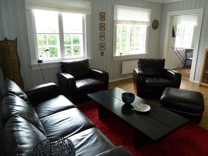 Großzügige Sitzecke im Wohnzimmer