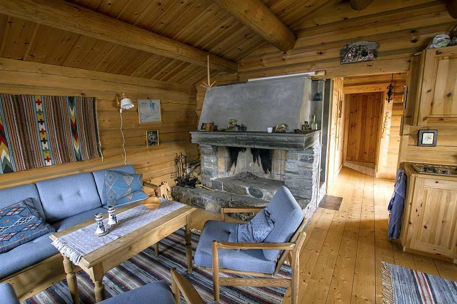 Der Wonbereich im Haus - der große offene Kamin schafft die perfekte Atmosphäre