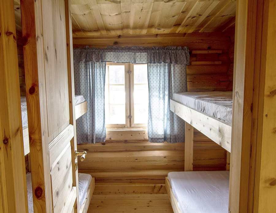 Blick vom Flur in das Schlafzimmer mit zwei Etagenbetten
