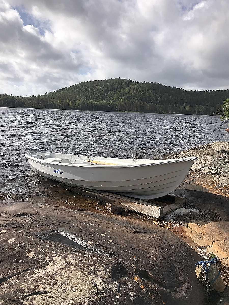 Das Boot liegt auf dem Liegeplatz direkt vor dem Haus