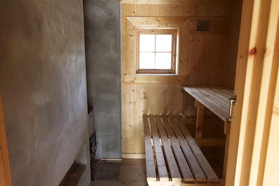 Die Sauna im Haus wird mit Holz betrieben