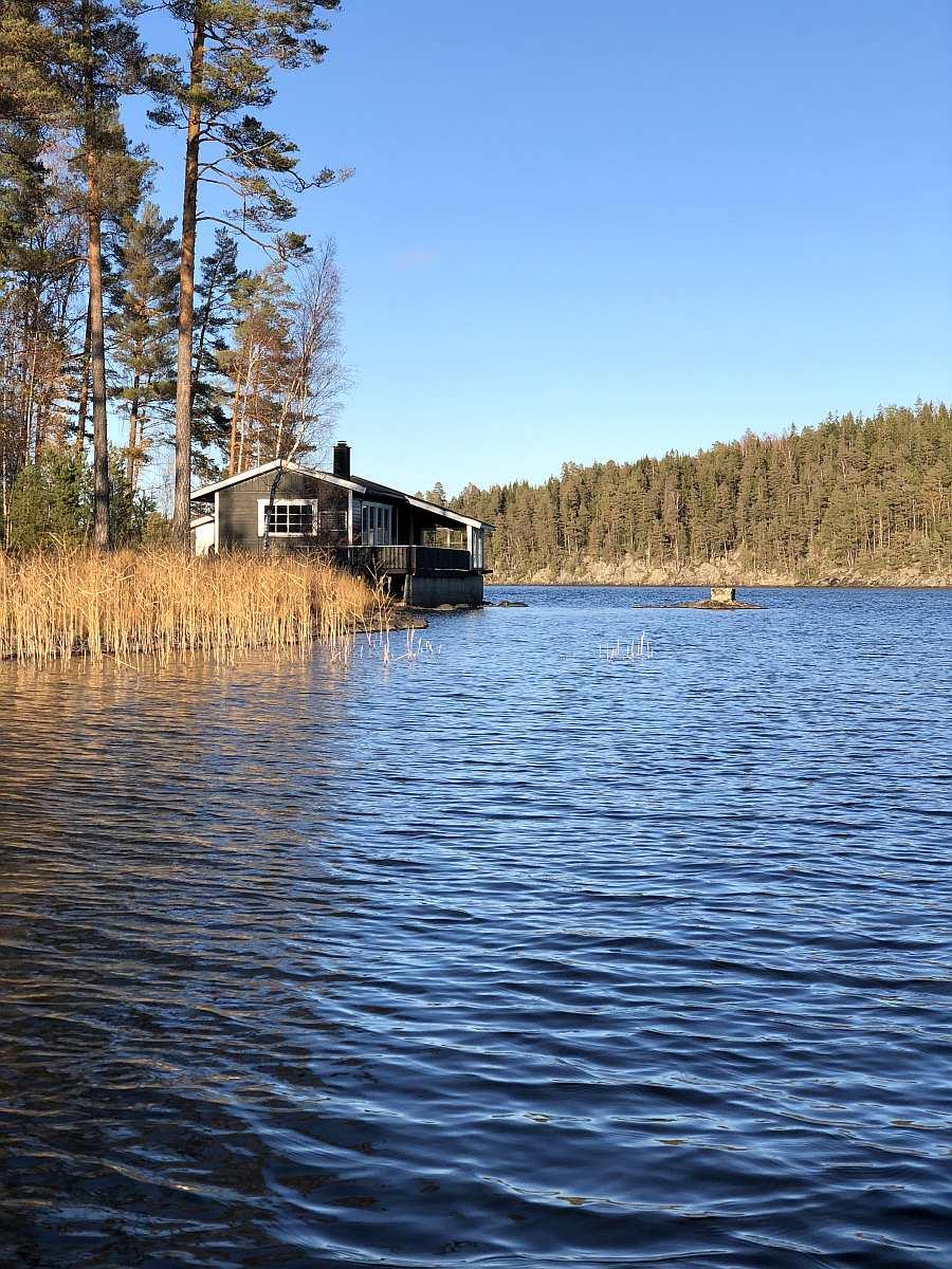 Die Lage des Hauses am See könnte nicht besser sein...