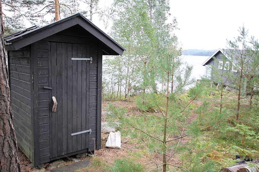 Das separate Toilettenhäuschen liegt ca. 10 m vom Haupthaus entfernt