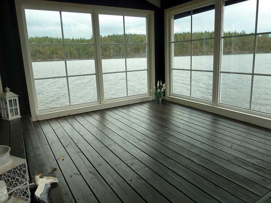 Blick  aus den  Fenstern des überdachten Teils der Veranda