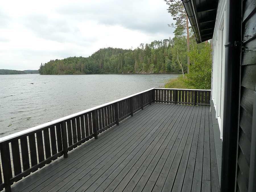 Die große seeseitige Veranda des Hauses liegt direkt am Seeufer - für Tisch & Stühle wird noch gesorgt...