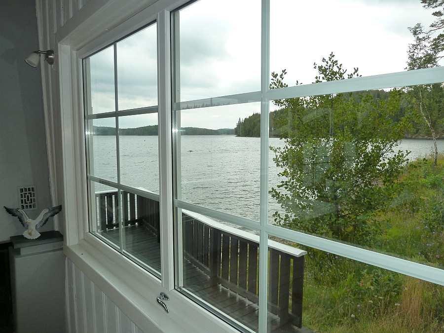 Selbst aus den Seitenfenstern des Wohnzimmers hat man noch einen Seeblick