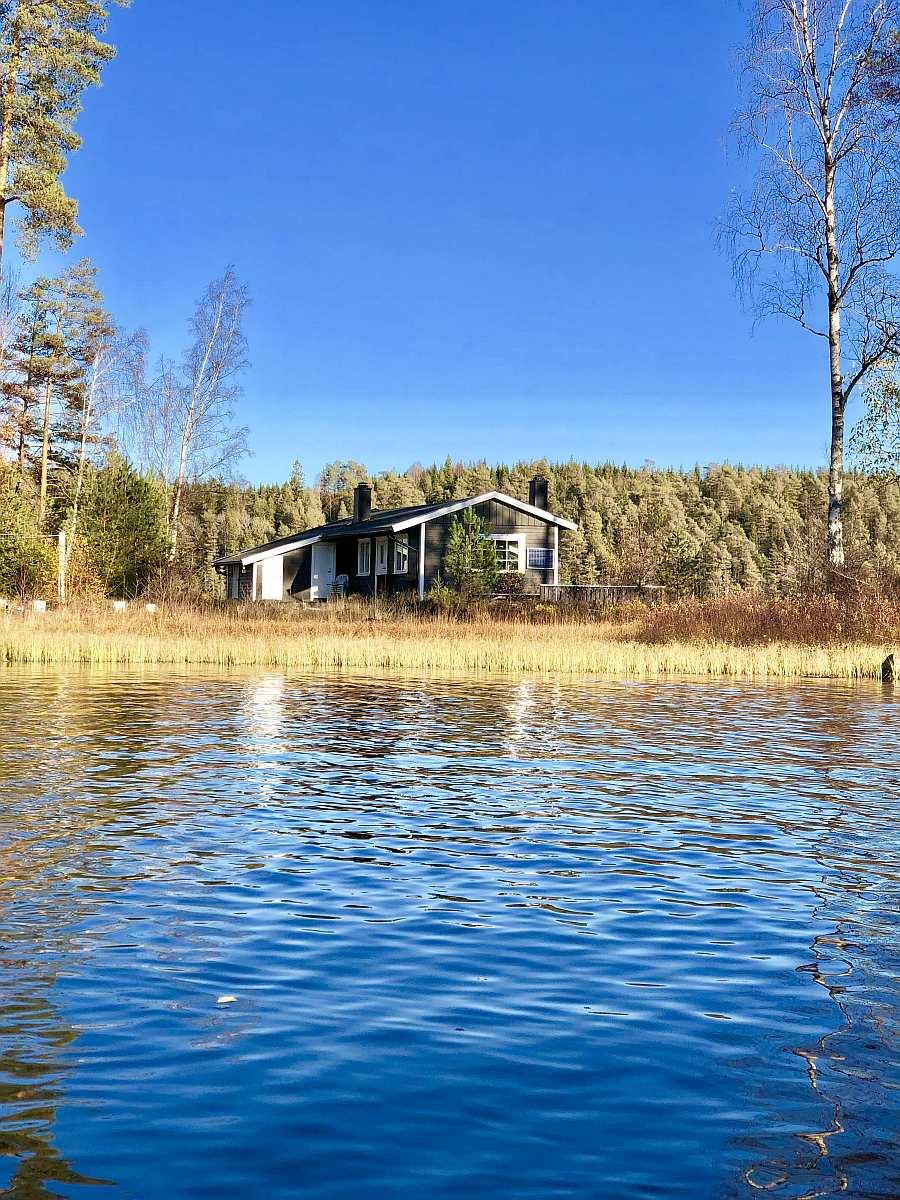 Ferienhaus Brøken liegt auf einer kleinen Insel (ohne Boot bequem zu erreichen) - so gibt es Wasser vor und hinter dem Haus...