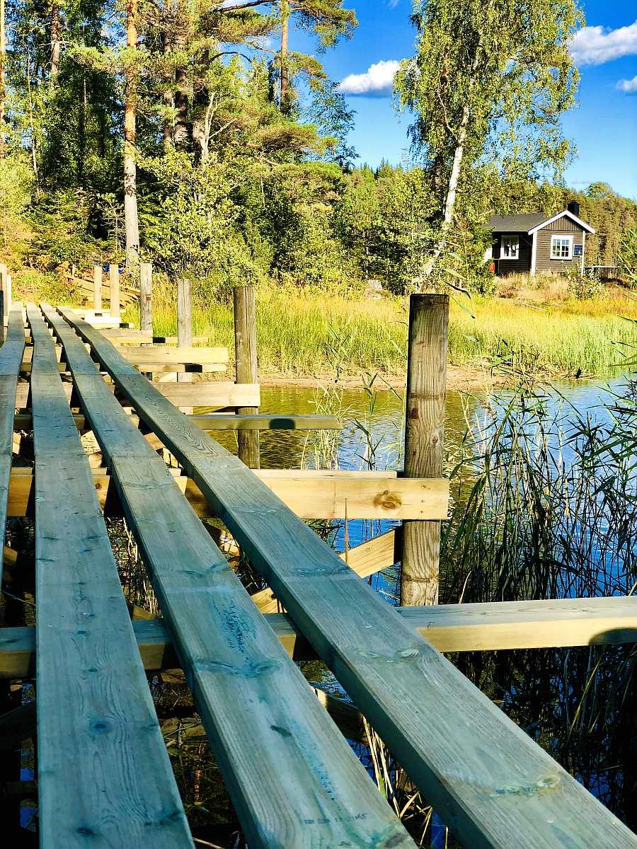 Ferienhaus Brøken liegt auf einer Insel -  vom Festland und dem Parkplatz für Ihr Auto führt Sie eine Holzbrücke nach wenigen Schritten auf die Haus-Insel und zum Ferienhaus - hier ist die Holzbrücke gerade im Bau...