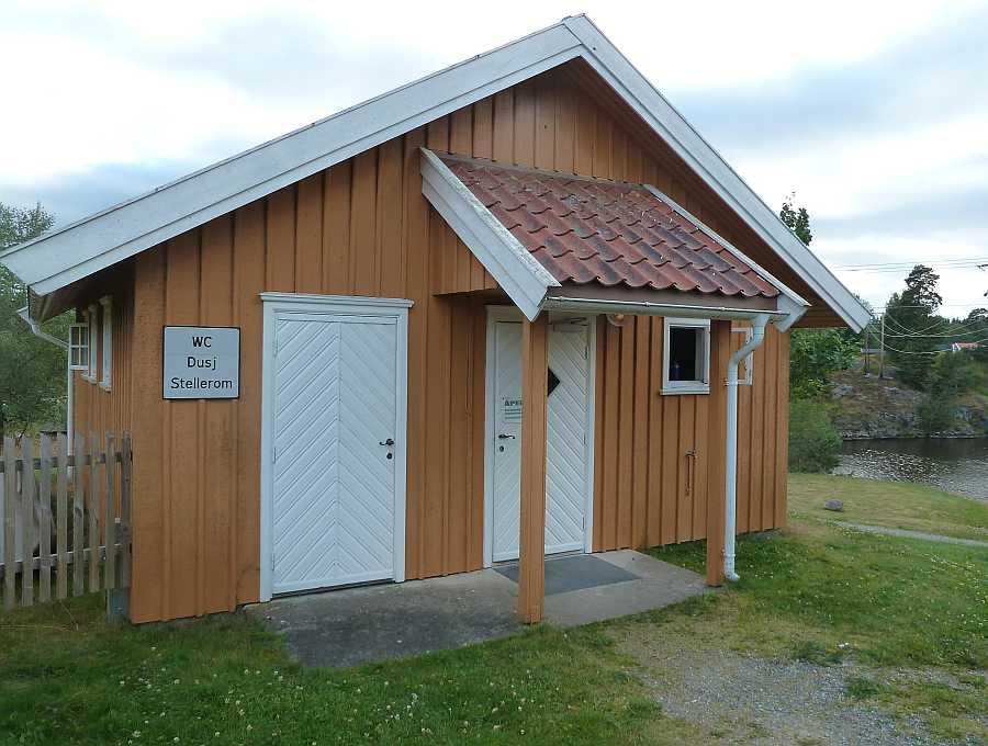 An der Schleuse Strømsfoss am südlichen Ende des Sees Øymarksjøen (ca. 10 km) findet sich bei Bedarf ein öffentliches Service-Gebäude mit Duschen und WC