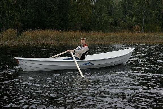 Am See Nettmangen - das 14 Fuß Angelboot ist mit einem elektrischen Außenbordmotor ausgestattet